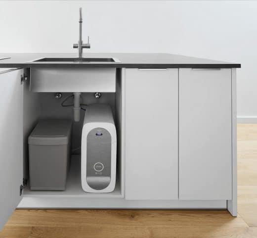 Das Grohe Blue Home-System ist schmal und kompakt und lässt sich auch in engen Unterschränken komfortabel verstauen. (Foto: Grohe)