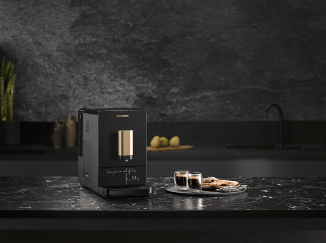 """Auf dem Kaffeevollautomaten kommt der starke Goldeinsatz besonders gut zur Geltung - parallel zu Botturas Schlüsselsatz """"Cooking is an act of love"""". (Foto: Grundig)"""