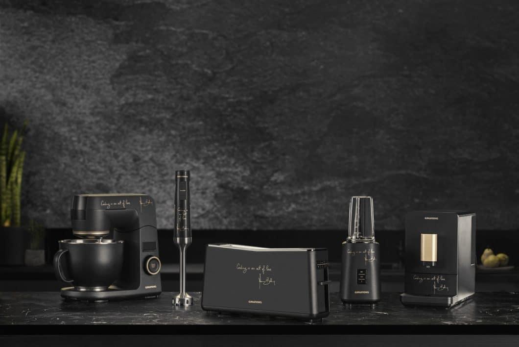 Ein höchst elegantes Design in Mattlack Schwarz taucht die Küchenkleingeräte der Massimo Bottura-Kollektion in ein modernes Antlitz. Auch auf die Qualität hat Grundig in besonderem Maße geachtet. (Foto: Grundig)