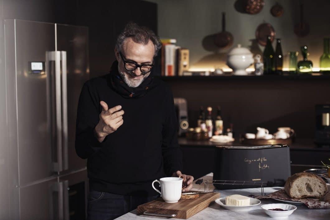 Der Star-Koch Massimo Bottura zeichnet verantwortlich für Design und Leistung der fünf ausgewählten Küchenkleingeräte von Grundig - sie tragen wortwörtlich seine Handschrift. (Foto: Grundig)
