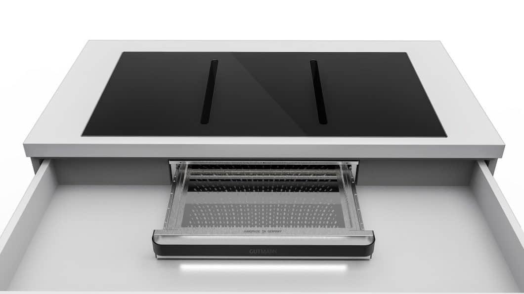 Die beeindruckende Filtertechnik ist in einer schmalen Schublade verbaut, die zunächst das kondensierte Wasser abfängt und anschließend Fett und Geruch absorbiert. (Foto: Manufaktur Gutmann)