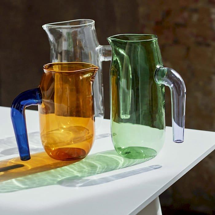 Die bunten Glaskannen von HAY sind auch für heiße Inhalte geeignet - und verwirren unsere Sicht der Dinge auf die Materialität von Küchengegenständen. (Foto: HAY)
