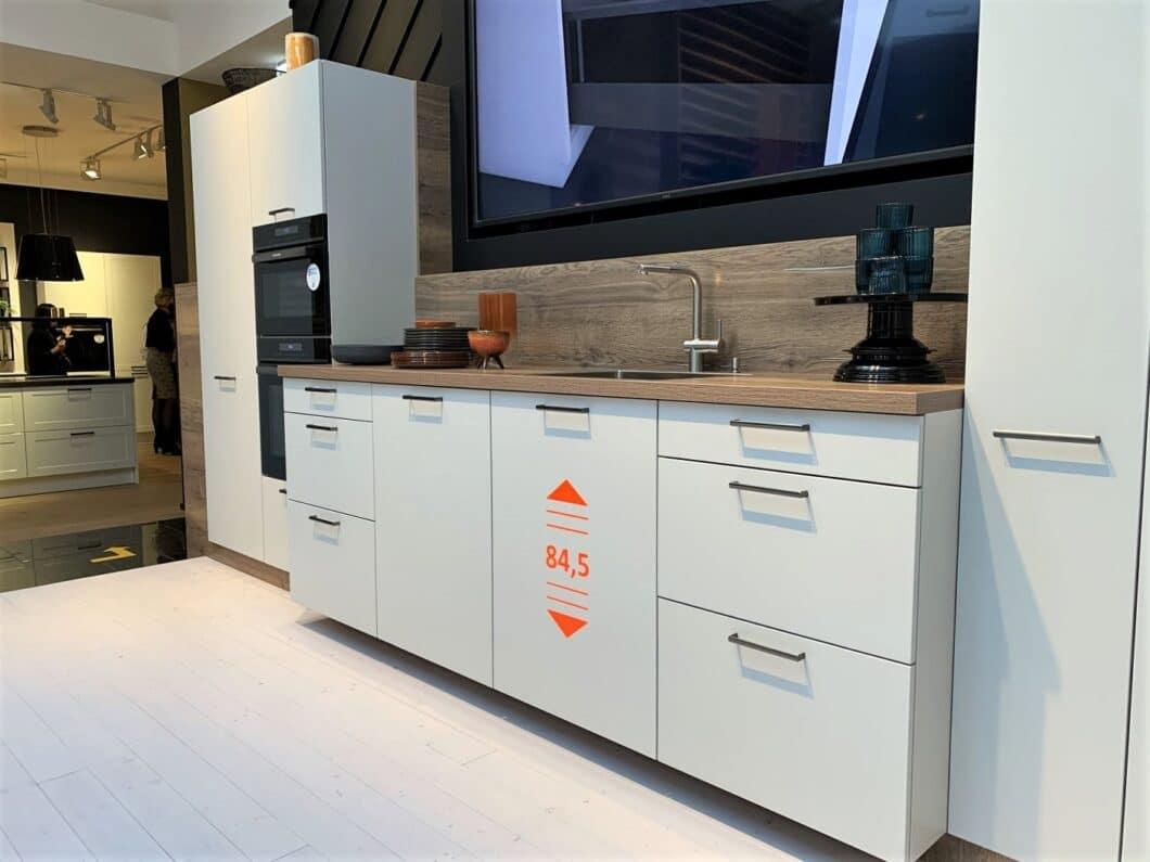 Nicht nur Häcker setzt auf eine neue, größere Korpushöhe. Auch LEICHT (86 cm) und Rotpunkt (91 cm) bieten mit. (Foto: Küchen&Design Magazin)
