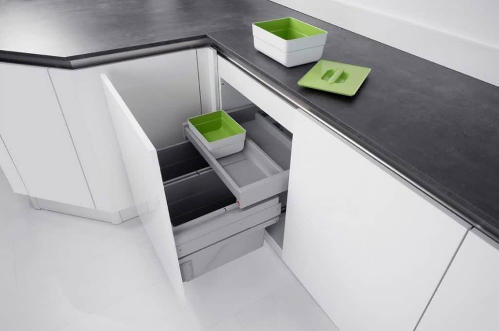 Sieht einfach aus, ist aber durchdacht: die verschiedenen Abfallbehälter von Hailo erleichtern das Sortieren und sind in ihrer Auszugsqualität getestet. Zusätzlich produziert Hailo Aufbewahrungsboxen und Schranksysteme zur Lebensmittellagerung in der Küche. (Foto: hailo)