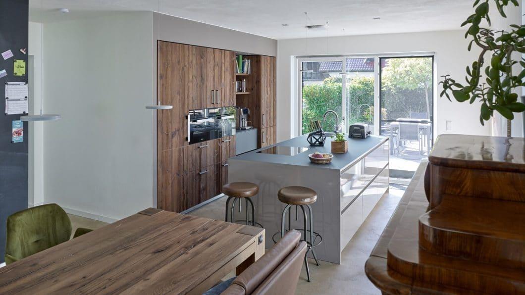 Ein hochwertig gestalteter Küchenraum mit charakterstarken Altholz-Fronten und passender Anthrazit-Insel. Können Sie erahnen, wie es hier vorher aussah? (Foto: KÜCHENPLAN Frankfurt)