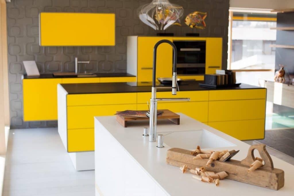 Studios wählen als Ausstellungsküchen besonders schöne Exemplare - um dem Kunden ihr planerisches Können und die Vielfalt des Küchenherstellers zu verdeutlichen. (Foto: Homlicher küche.raum.manufaktur)
