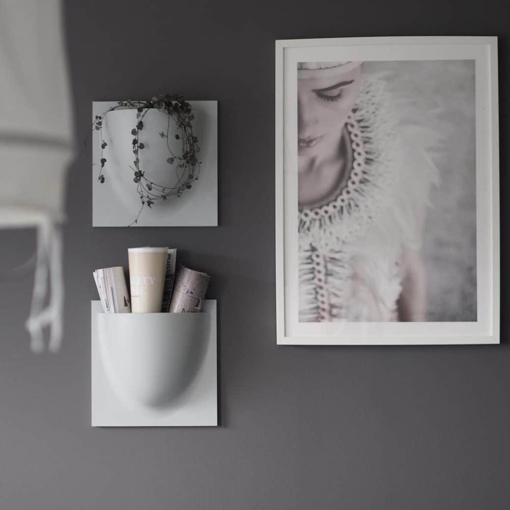 Das Produkt von Verti Copenhagen in Anwendung: sowohl als vertikaler Übertopf, wie auch als Aufbewahrung für Zeitschriften, Decken oder persönliche Gegenstände eignet sich die wandhängende Vorrichtung. (Foto: Instagram Image by betina)