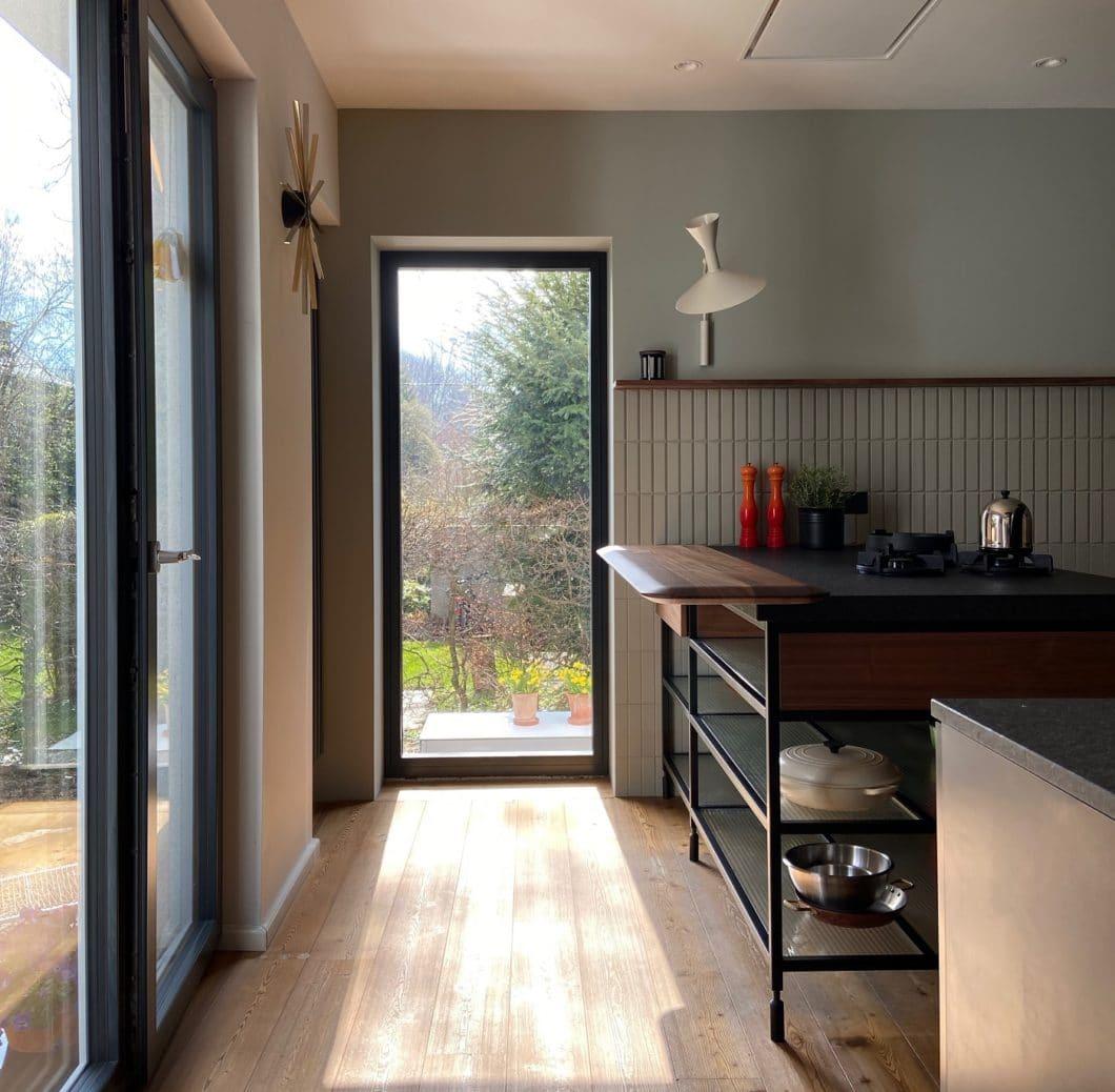 Einzigartig vom Boden bis zur Fliese: diese Küche von LAR Studio wurde aus anspruchsvollem Schwarzstahl, hochwertigem Naturstein und warmem Nussholz gefertigt. (Foto: LAR Studio)