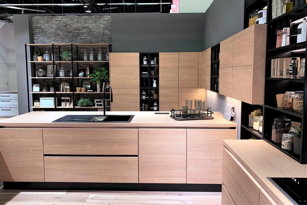 Auch Nobilia setzt Holz im Küchenjahr 2019 nicht nur als vereinzeltes Element, sondern als großflächigen Küchenkorpus ein. (Foto: Susanne Scheffer)