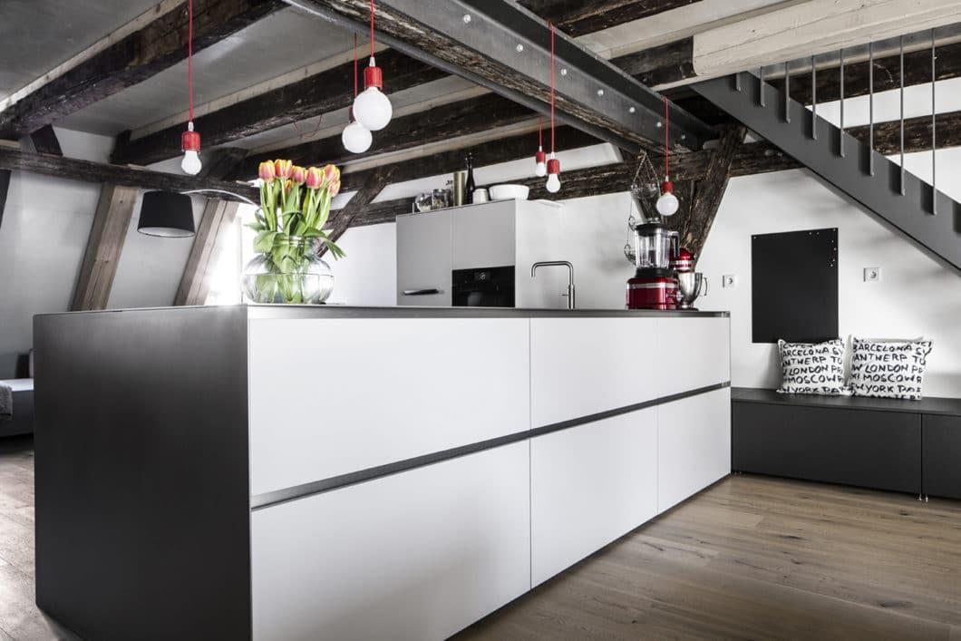 """Das sogenannte """"Fleißerhaus"""" im Stadtmuseum Ingolstadt beherbergt im oberen Abschnitt auch Wohnungen, die nun modern saniert wurden. Anspruch der Kunden war es, einen wertigen Küchenraum in die alte Bausubstanz zu integrieren. (Foto: Dross Ingolstadt)"""