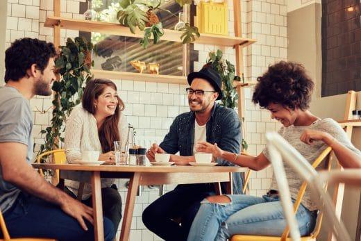 Freunde, Familien, WG-Mitbewohner: Am Esstisch in der Küche hat jeder Platz; hier finden erinnerungswürdige Momente und Gespräche statt. (Foto: stocksnap.io)
