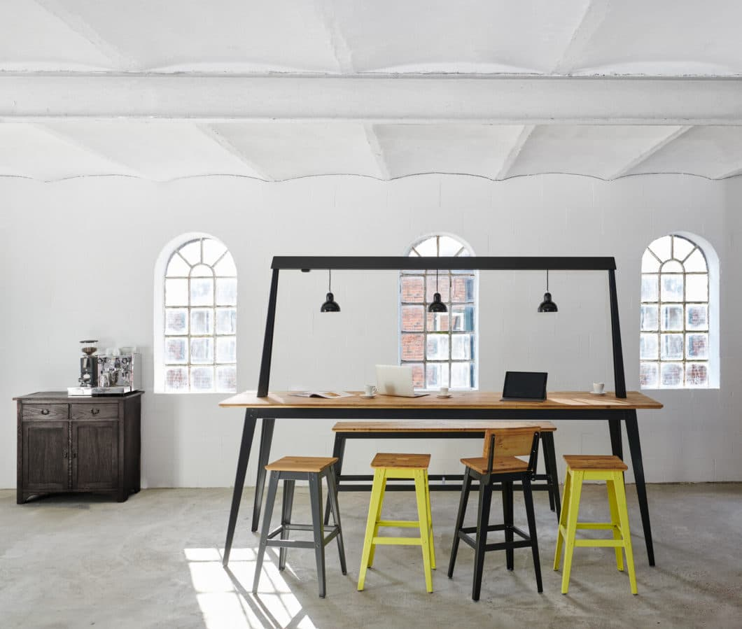 """Das ideale Möbelstück zum ungeahnten Zeitpunkt: die Hamburger Möbelmanufaktur JAN CRAY bietet ab sofort den """"Traversentisch"""" an - die ideale Verbindung aus Arbeiten und Wohnen. (Foto: Jan Cray)"""