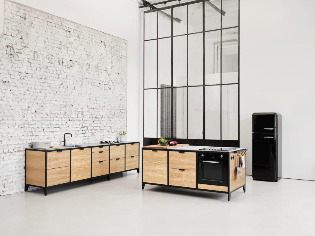 Eine Modulzeile, ein Insel-Modul und bei Bedarf auch freistehende Modulhochschränke: die Modularität und damit auch Flexibilität in Design und Zusammenstellung der Küche macht Spaß - und passt sich heutigen Kaufgewohnheiten an. (Foto: Jan Cray Küchen)
