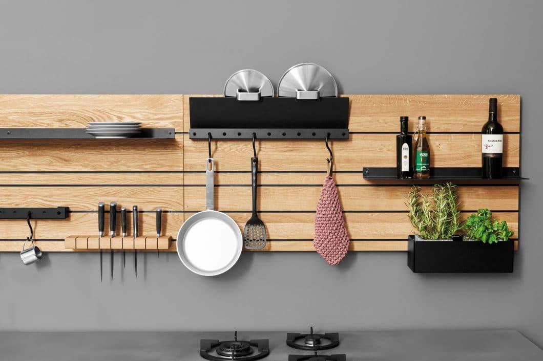 Das individuell bestückbare Wandpaneel trägt zur tiefgründigen Funktionalität der Küche bei: alles kann übersichtlich und nach persönlichem Gusto angeordnet werden. (Foto: Jan Cray Küchen)