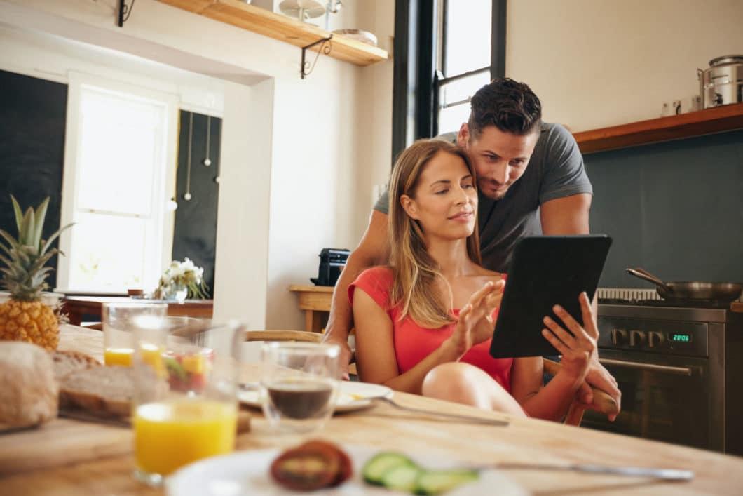 Im Internet kursieren unzählige Hilfestellungen und Tipps für eine erfolgreiche Küchenplanung. Mit dem AMK-Küchenstandard erhält jeder Küchenkäufer eine solide Grundlage für seine Überlegungen. (Foto: rawpixel.com)