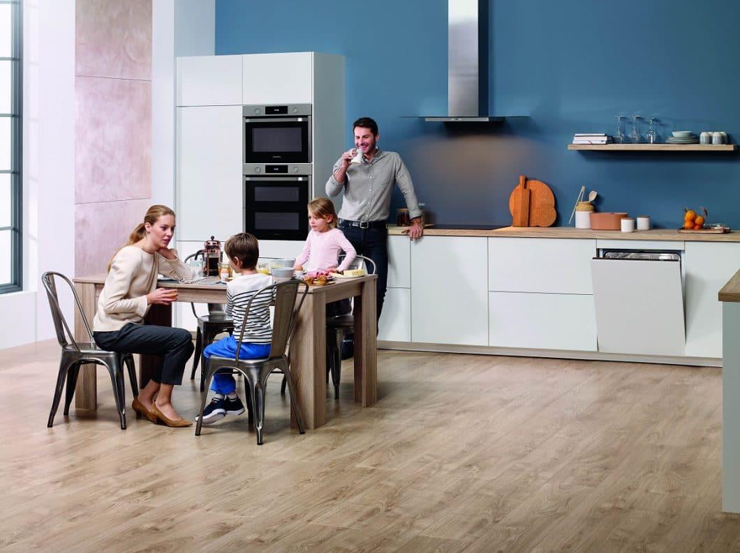 Mehr Zeit mit der Familie verbringen: Beim Samsung Dual Cook Flex erledigt die Selbstreinigung des Ofens das lästige Putzen nach Gebrauch - wahlweise durch Dampf oder Pyrolyse. (Foto: Samsung)