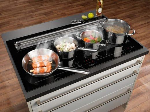 Ein Kochfeldabzug ohne Stolperfalle: So bezeichnet Oranier seinen Dunstabzug, der hinter statt auf dem Kochfeld angebracht ist. (Foto: Oranier)