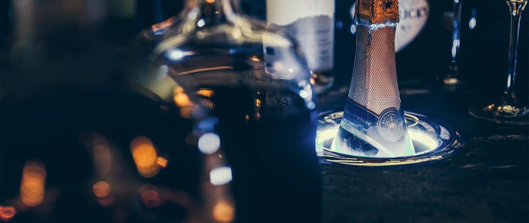 Das edle Design von Kaelo ist durchaus umweltfreundlich gedacht: das Gerät arbeitet über eine Steckdose und verbraucht hierfür wenig Strom. Es kann sowohl in der Küchenbar als auch an Bord einer Yacht o.Ä. eingesetzt werden. (Foto: kaelo.co.uk)