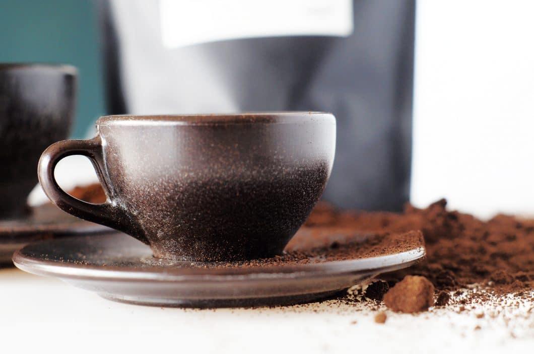 Eine tolle Idee, die nicht nur nachhaltig ist, sondern auch noch super aussieht: Kaffeetassen aus gepresstem Kaffeepulver. Eine ebenso gute Idee wie nachhaltige Kaffeekapseln. (Foto: Start-Up Kaffeeform)