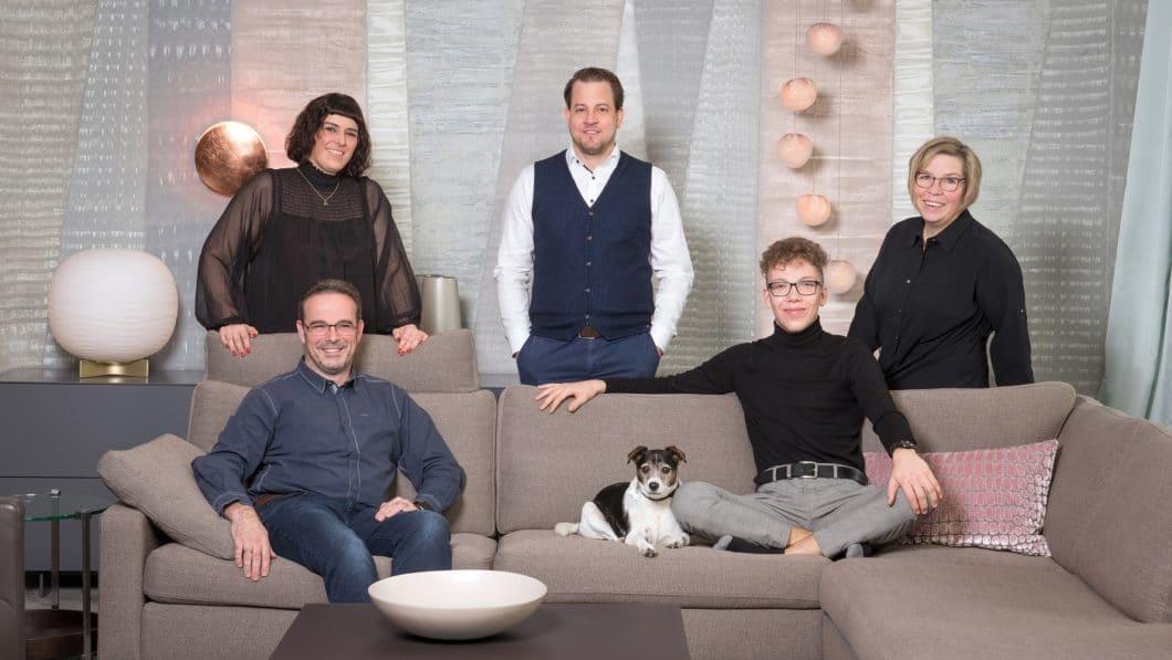 Die fröhliche rheinische Natur ist den Inhabern und Mitarbeitern von Kelzenberg Einrichtungen anzusehen. Kunden profitieren von jahrelanger Erfahrung, einer klugen und ästhetischen Auswahl schöner Designmöbel - und natürlich der Fröhlichkeit des Teams. (Foto: Kelzenberg)