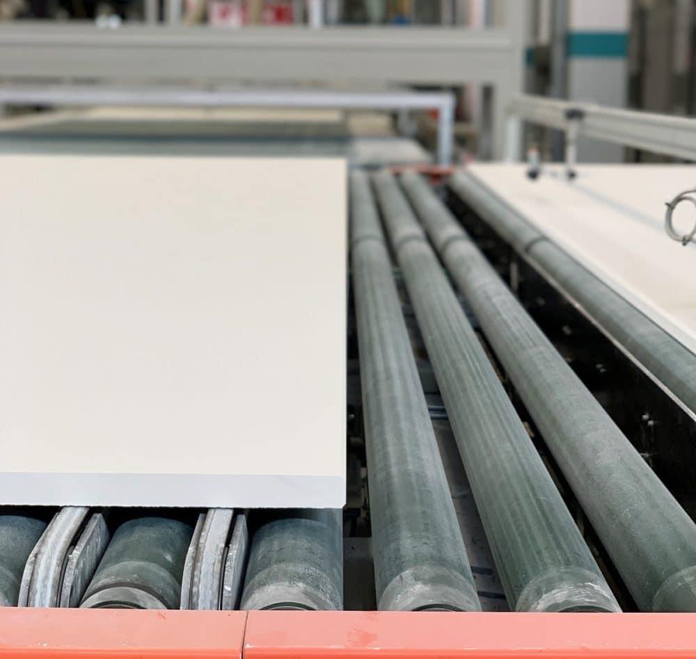 Durch kontinuierliches Walzen entstehen Keramikplatten, die von Schritt zu Schritt härter werden. So sollen sie später unter den hohen Anforderungen im Küchenraum bestehen. (Foto: Susanne Scheffer / KüchenDesignMagazin)