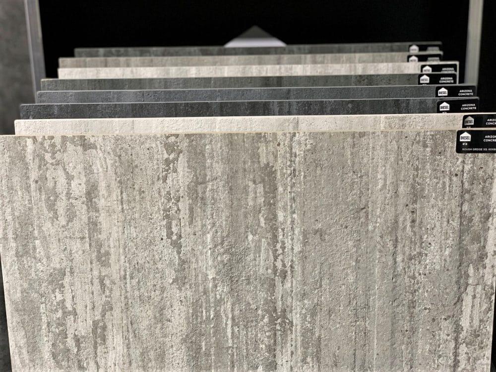 Wie unterschiedlich Keramik- und Granitarbeitsplatten nach dem digitalen Druck aussehen können, zeigt die Kollektion, die von der Iris Ceramica Group gemeinsam mit DieselLiving ins Leben gerufen wurden. Diese Platten wurden in täuschend echter Beton-Optik produziert. (Foto: Susanne Scheffer / KüchenDesignMagazin)