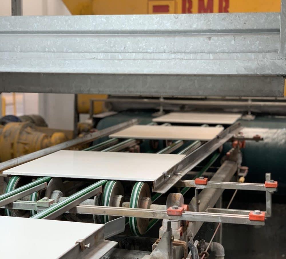 Eine Besonderheit von SapienStone: mithilfe eines hochauflösenden Digitalprinters wird das gewünschte Muster - beispielsweise in Marmor-, Holz- oder Betonoptik - auf die Keramikfliesen gedruckt. Manchmal bleibt die Platte auf Wunsch des Kunden auch einfach nur weiß. (Foto: Susanne Scheffer / KüchenDesignMagazin)