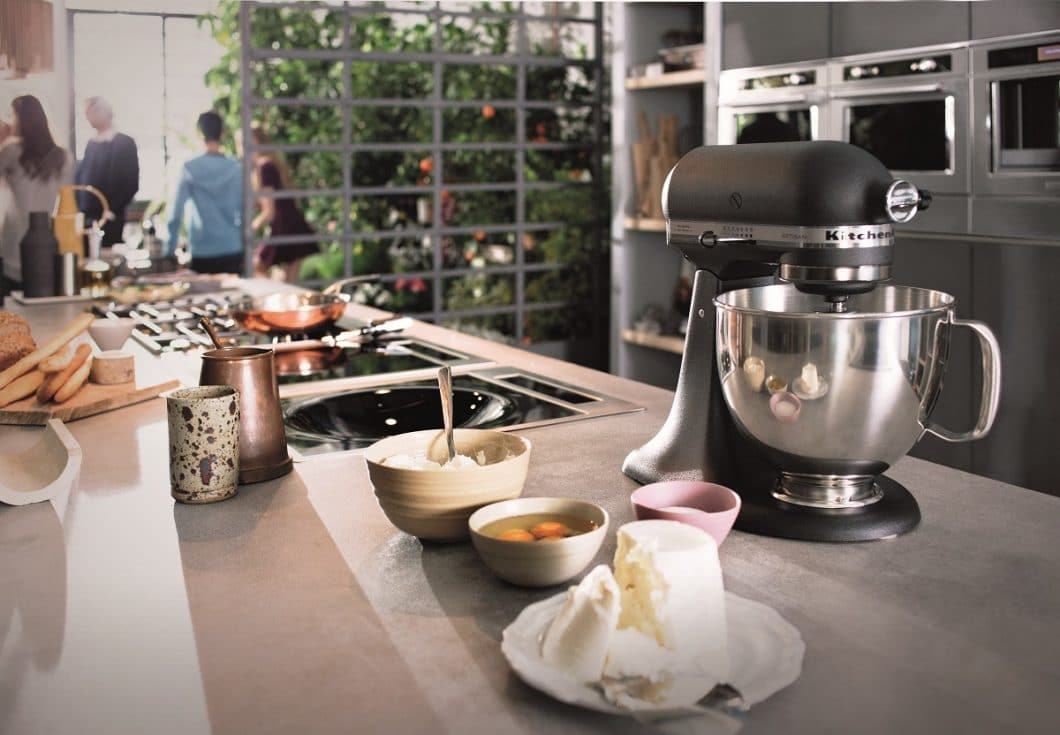 Jeder kennt das berühmte amerikanische Original: Die KitchenAid-Küchenmaschine zählt mittlerweile in vielen Haushalten zum Standard-Repertoire. Dass die Amerikaner auch hochwertige Einbaugeräte fertigen, wird vielerorts noch nicht wahrgenommen. (Foto: KitchenAid)