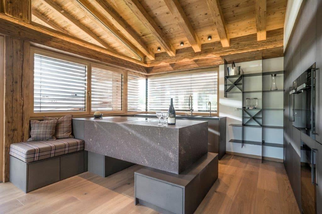 Wer ins wunderschöne Grün der Tiroler Berge und Wiesen blickt, legt auch im Innenraum Wert auf eine harmonische Gestaltung. Diese Kitzbüheler Küche aus Naturstein, Stahl, Beton und Holz ist den mächtigen Bergen ebenbürtig. (Foto: The Kitchen Club)