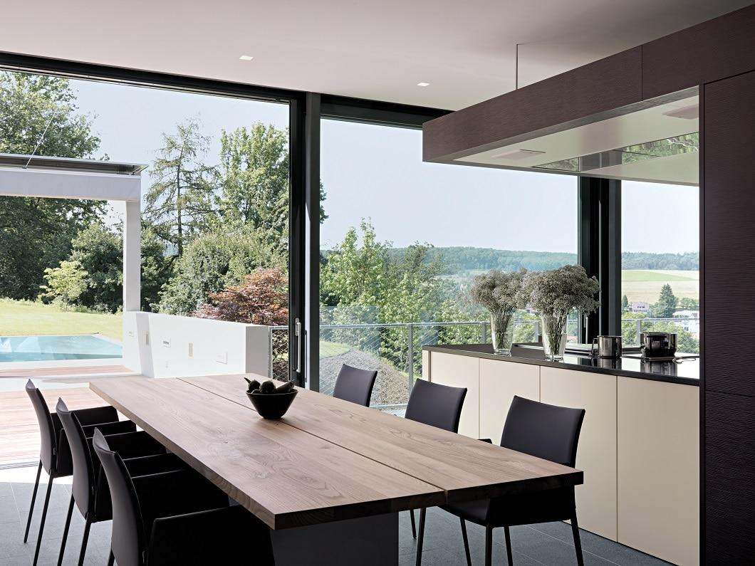 Kochen mit Aussicht - wie hier in der traumhaften Waldenbuch-Villa mit einer Küche von Leicht. (Foto: Klaus von Bock)