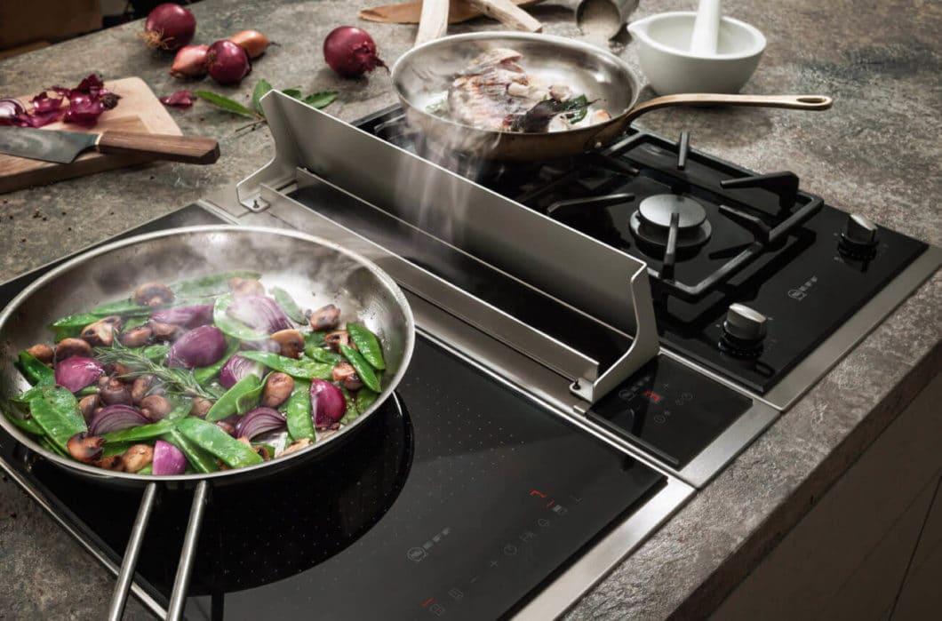 Zum Vergleich: auch andere Kochfeldabzug-Anbieter arbeiten bereits mit Gaskochfeldern am Lüfter - dann jedoch meist geschützt mit einer auffälligen Edelstahlklappe. (Foto: Neff)