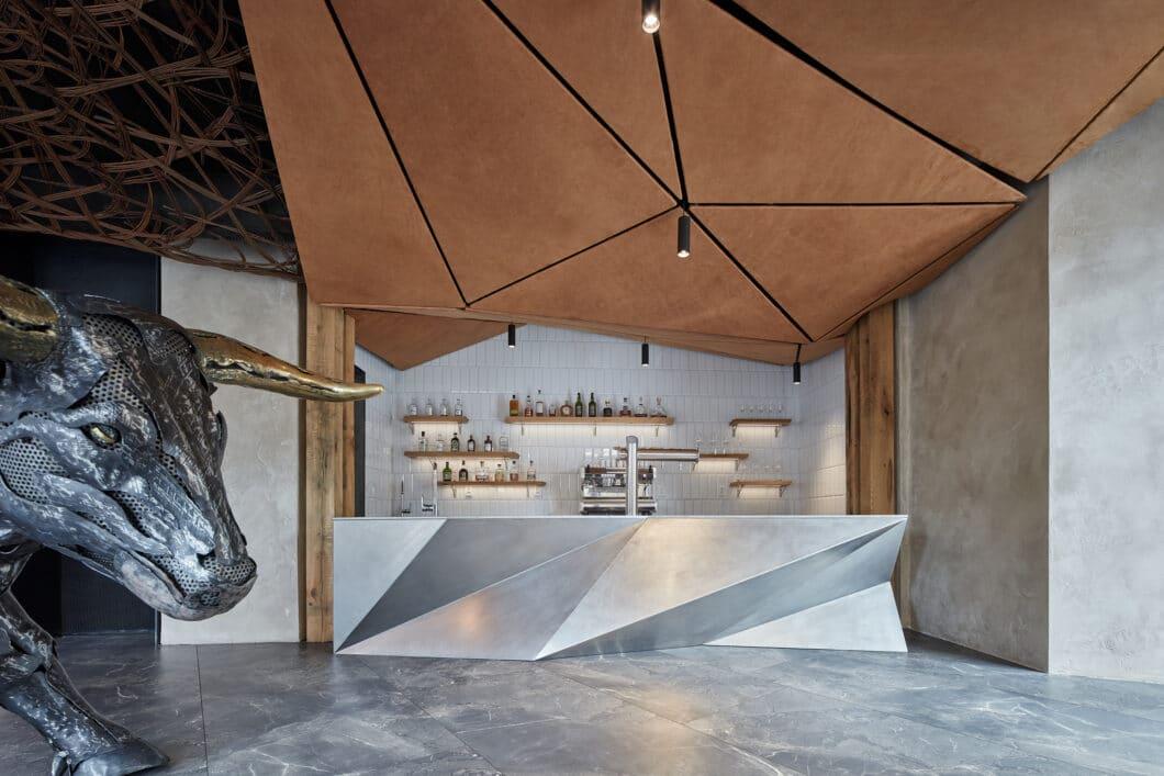 Restaurants in Tschechien: Das junge Designstudio KOMPLITS gestaltete eine ehemalige KfZ-Werkstatt in Olmütz zu einem avantgardistischen Steakrestaurant um. (Foto: BoysPlayNice)