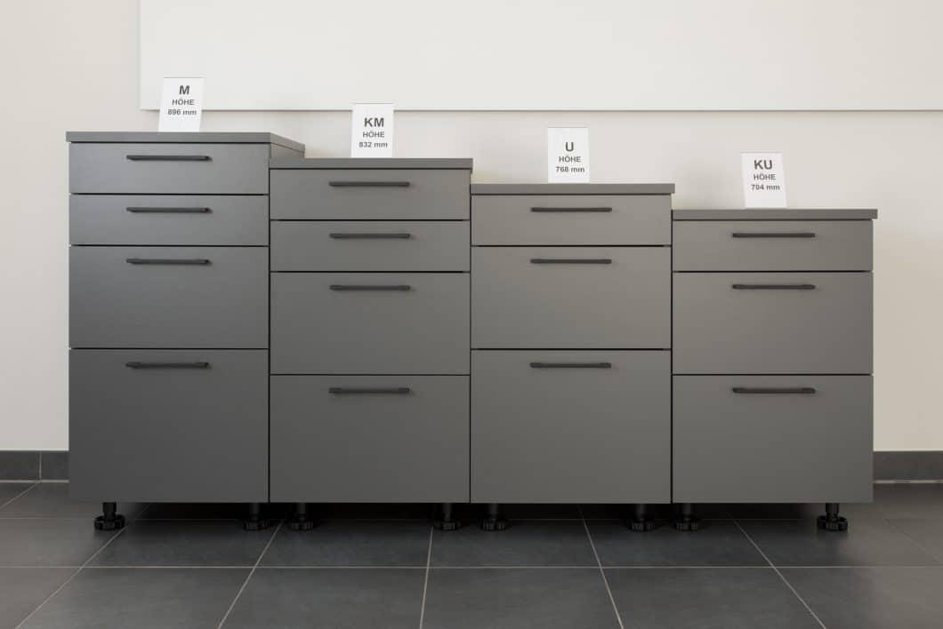 """Eine signifikante Besonderheit der Rempp-Küchenproduktion: das Unternehmen kann sehr individuell auf Kundenwünsche, Raum- und Körpergröße eingehen. Die """"Halbrasterlösung"""" ermöglicht komplett eigenständige Korpushöhen. (Foto: Rempp Küchen)"""