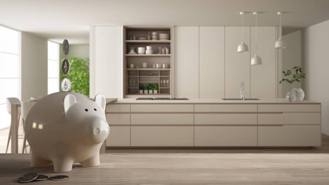 Eine Küche planen zu lassen, kostet Geld. Aber: gute Studios und Tischler planen bereits ab 10.000 Euro hochwertige Küchenräume. Gehen Sie offen mit Ihrem Budgetwunsch um und nehmen Sie dafür das Können von Profis in Anspruch. (Foto: stock adobe/ ArchiVIZ)