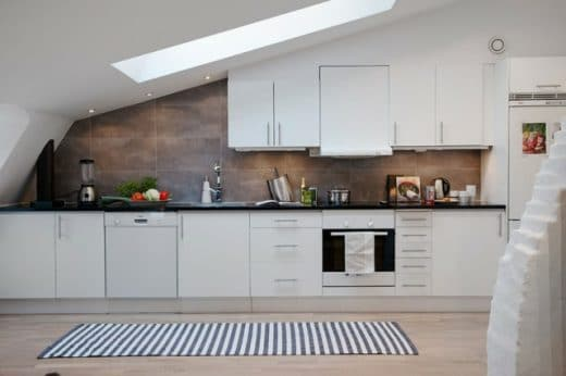 Dachschrägen können dem Raum einen hellen und besonderen Eindruck verleihen - aber Vorsicht vor den ungenutzten Ecken. (Foto: deavita)