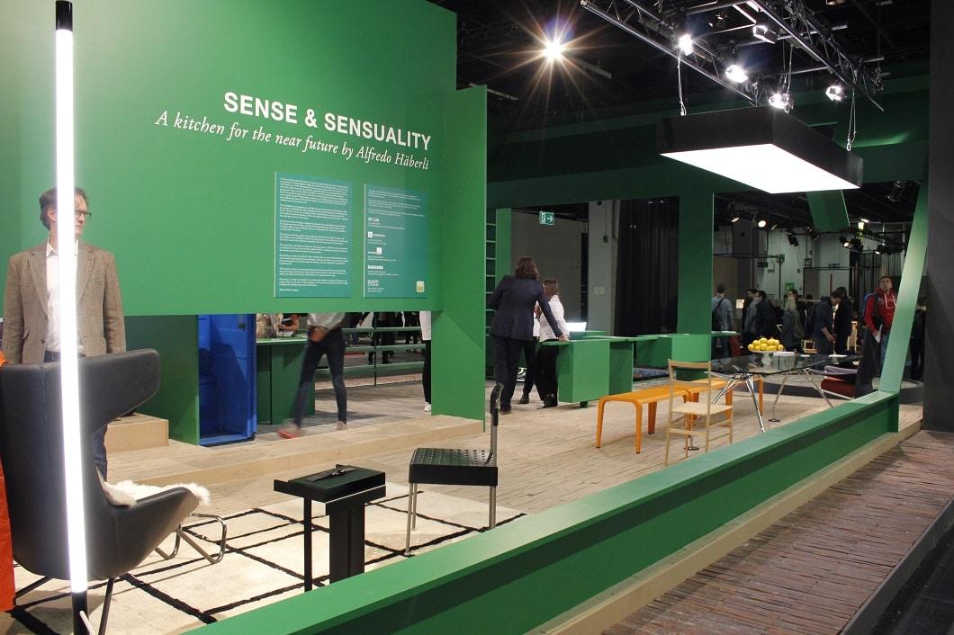 Die Küche der Zukunft als 160 m² großer Stand auf der LivingKitchen wirkte auf den ersten Blick verwirrend defragmentiert. Alfredo Häberli hat exakt das beabsichtigt. (Foto: Susanne Scheffer / KüchenDesignMagazin)