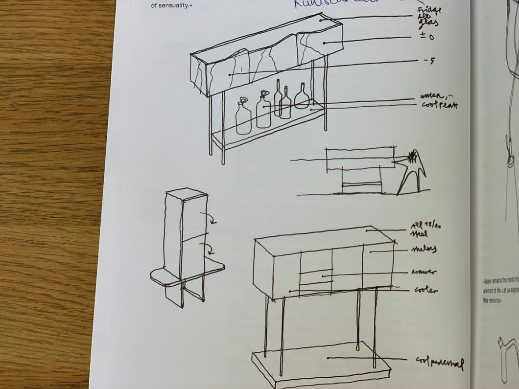 Häberli und seine Visionen zur Küche der Zukunft: die Geräte sollen künftig aus Glas gebaut sein und mit ihrer Energie gleich mehrere Funktionen erfüllen - so zum Beispiel der Kühlschrank mit angeschlossener Bar. (Foto: Alfredo Häberli/LivingKitchen)
