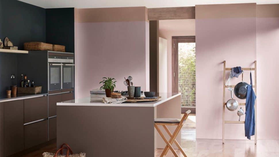 """Das sanfte """"Heart Wood"""" lässt sich in der Küche wunderbar mit hellen, erdigen Tönen sowie dunklen Kastanien- und Kokosnusstönen kombinieren. Auch mit einem kräftigen Bordeaux (elegant) oder moosgrün (kreativ) entwickelt es eine tolle Atmosphäre in der Küche. (Foto: Dulux)"""