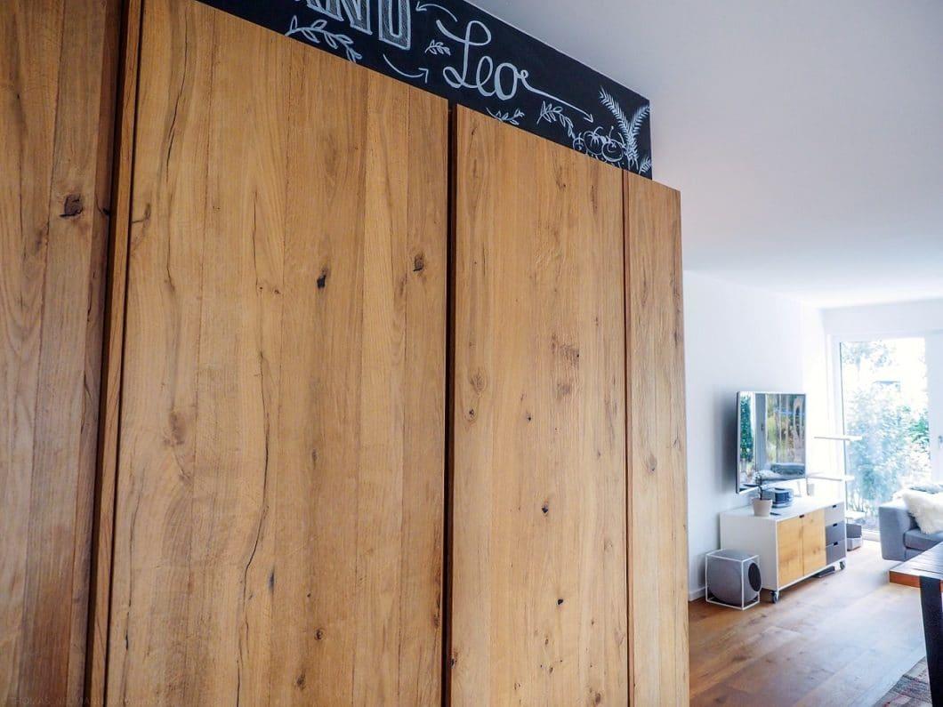 Ein charakteristischer Bestandteil des Industrie-Stils in der Küche ist Holz als warmer Gegensatz zu Beton, Stahl und Stein. Altholz verleiht jedem Küchenraum einen ganz besonderen Charme. (Foto: küchenART München)