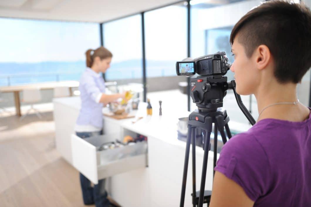 Eine Küche wird erst dann schön, wenn sie auch funktional ist: Hierfür werden in einem Test Personen in der Laborküche beim Zubereiten von Mahlzeiten gefilmt, um daraus Erkenntnisse für die Forschung zu erhalten. (Foto: Blum)