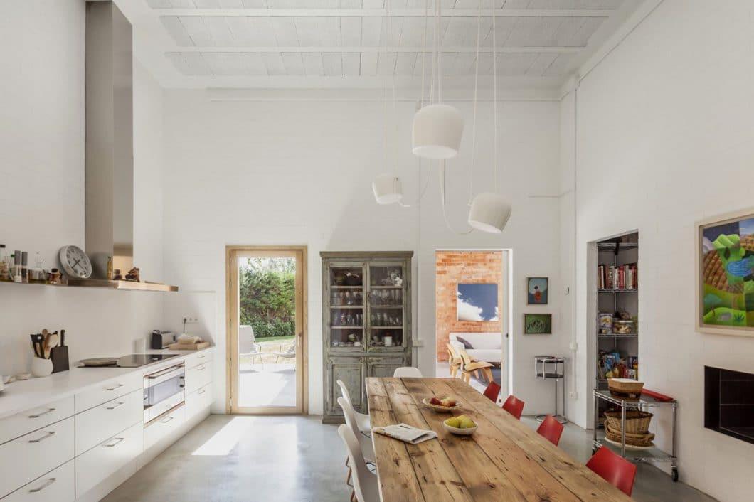 Diese moderne Küche mit alten Elementen ist schick und gemütlich zugleich: Ein heller Raum trifft auf den Industrial Style. (Foto: Adrià Goula)