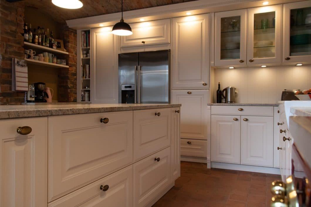 """Selbst für den erfahrenen Küchenplaner Rainer Nickolay vom Küchenhaus Süd war die spezielle Konstruktion dieser Landhausküche in ungewöhnlichem Ambiente eine """"Riesenherausforderung"""". (Foto: Küchenhaus Süd)"""