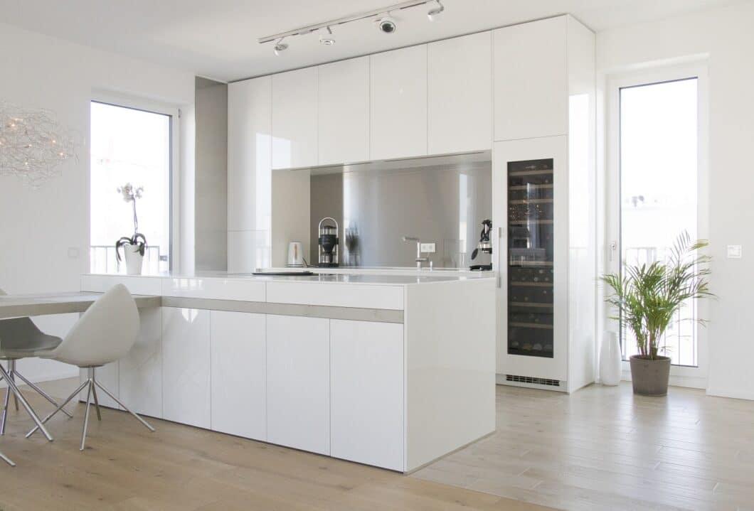 Die weiße Küche ist und bleibt ein Klassiker der Küchenplanung. Architektonisch eingebunden, offenbart sie eine ungeheure Eleganz, die alles andere als schlicht wirken kann. (Foto: Küchenhaus Süd)