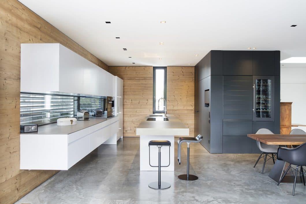 Wände, Böden, Licht und die Raumumgebung fließen bei einem guten Küchenstudio selbstverständlich in die Planung der Küche mit ein. (Foto: Küchenkunst Einbaukunst)