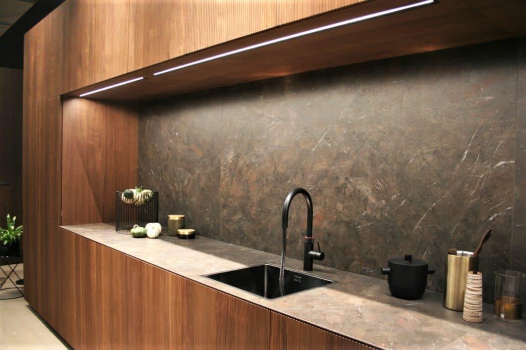 LEICHT präsentiert auf der Küchenmeile A30 (Architekturwerkstatt) seine neue Echtholz-Front Bossa. Bei der eleganten Ausführung in Walnuss steht ganz klar das Design im Vordergrund. (Foto: Küchen&Design Magazin)