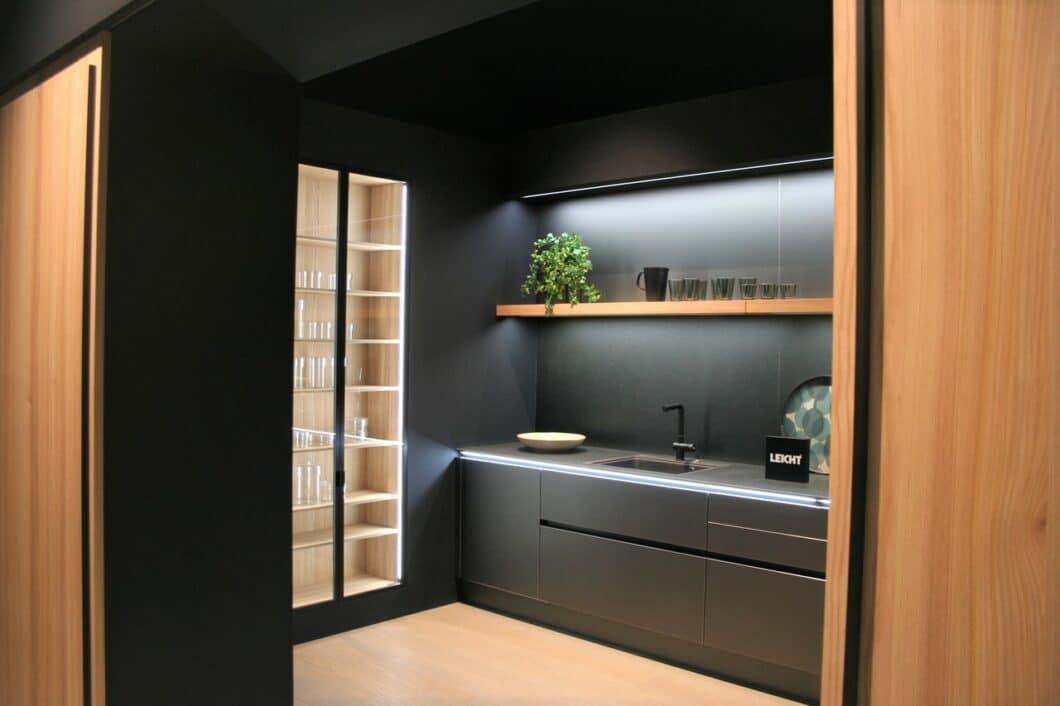 Schiebetüren werden sowohl direkt im Küchenkorpus eingesetzt, als auch als Gestaltungselement im Wohnraum wie hier bei LEICHT. So lassen sich Esstisch und Küche dezent voneinander abgrenzen. (Foto: Küchen&Design Magazin)
