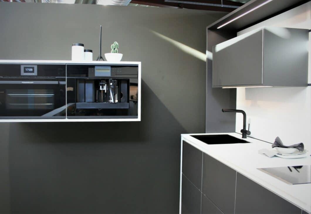 """Eingerahmte Geräte, die an der Küchenwand """"schweben""""... (Foto: Küchen&Design Magazin)"""