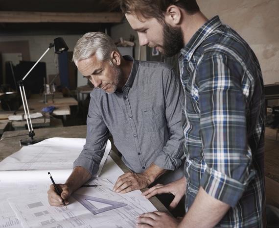 Der erste Gang ins Studio: Hier werden bereits Grundrisse und Vorstellungen des zukünftigen Küchenraums besprochen. (Foto: Dross&Schaffer)