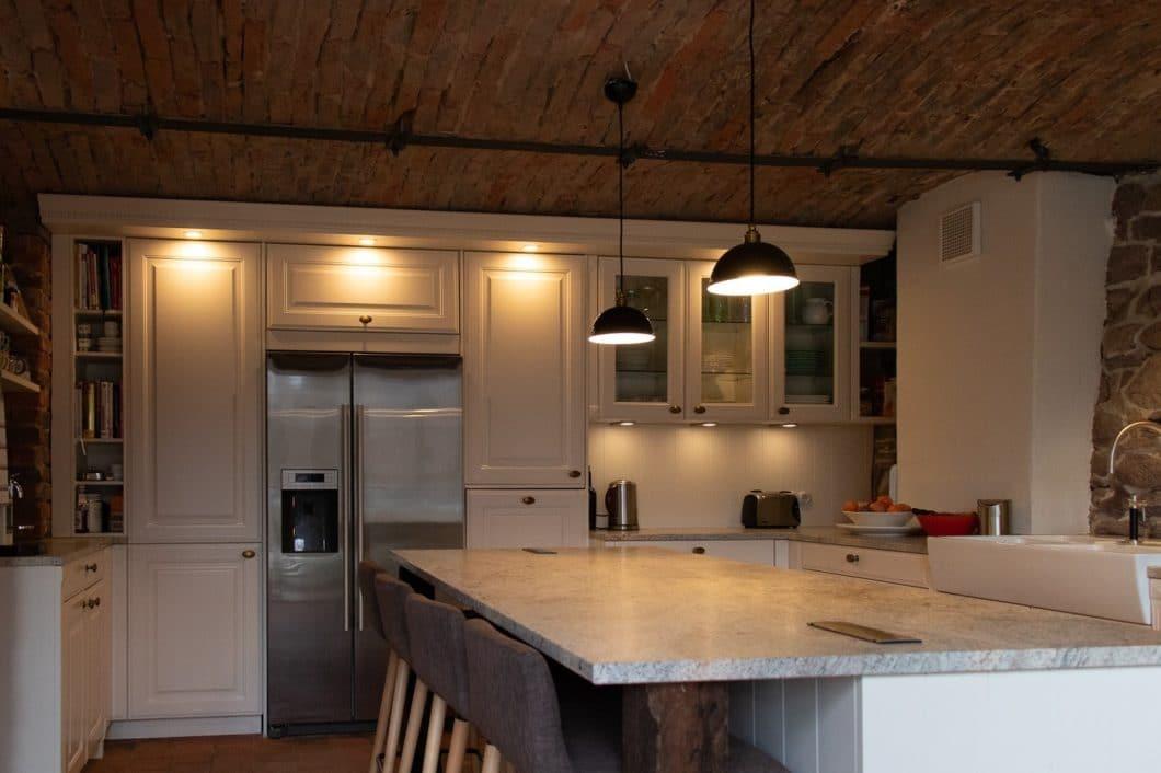 Kaum zu glauben, dass an Stelle dieser gemütlichen, diffus beleuchteten Wohnküche einmal eine historische Stallung für Tiere gestanden hat. (Foto: Küchenhaus Süd)