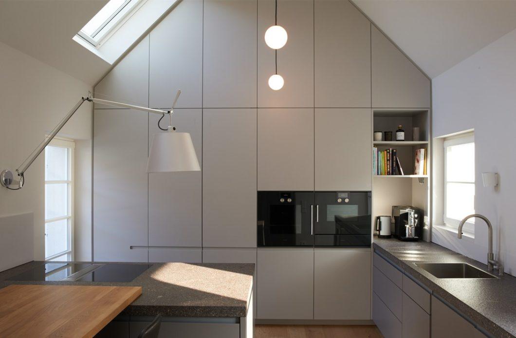 Immer mehr Käufer entscheiden sich für einen hochwertigen Küchenraum, der auf Ihre Vorstellungen und Maßstäbe angepasst wird. Einzig zu klären gilt: sind Küchenstudio oder Tischlerei die erste Anlaufstelle? (Foto: LAR Studio)